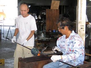 琉球ガラスの工房で精を出すガラス職人