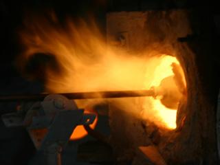 高温のガラス炉で作られる琉球ガラス